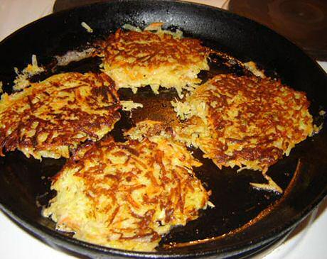 Makkelijk recept om lekkere aardappelpannenkoekjes te bakken in een pan