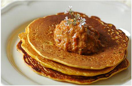Chilla: hartige Indische pannenkoek van kikkererwtenmeel, geserveerd met paprika chutney en een korianderbloempje