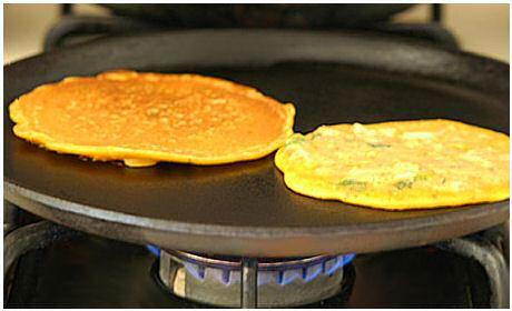 Chilla's zijn lekkere, pittige, Indische, hartige pannenkoeken op basis van kikkererwtenmeel en fijngesneden groenten
